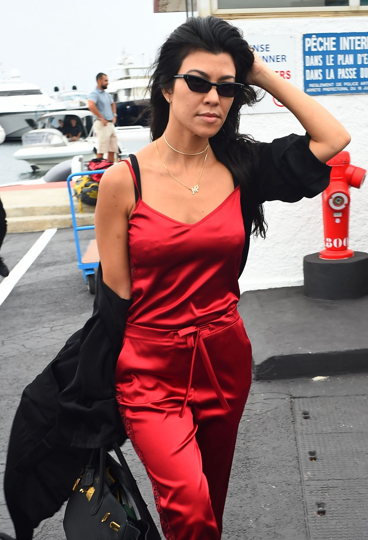 Kourtney kardashian boarding a plane in cannes 05 26 2017 for What does kourtney kardashian do