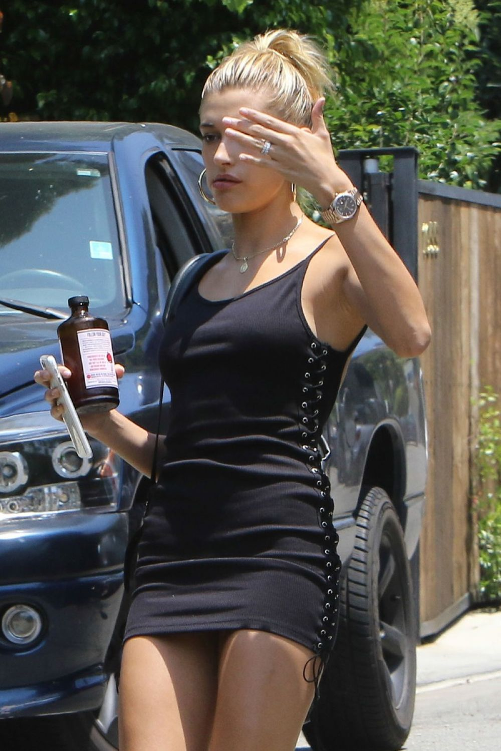 hailey baldwin leaves kendall jenner s house in los. Black Bedroom Furniture Sets. Home Design Ideas