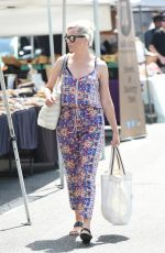 ELIZABETH BANKS Shopping at Farmers Market in Los Angeles 07/16/2017