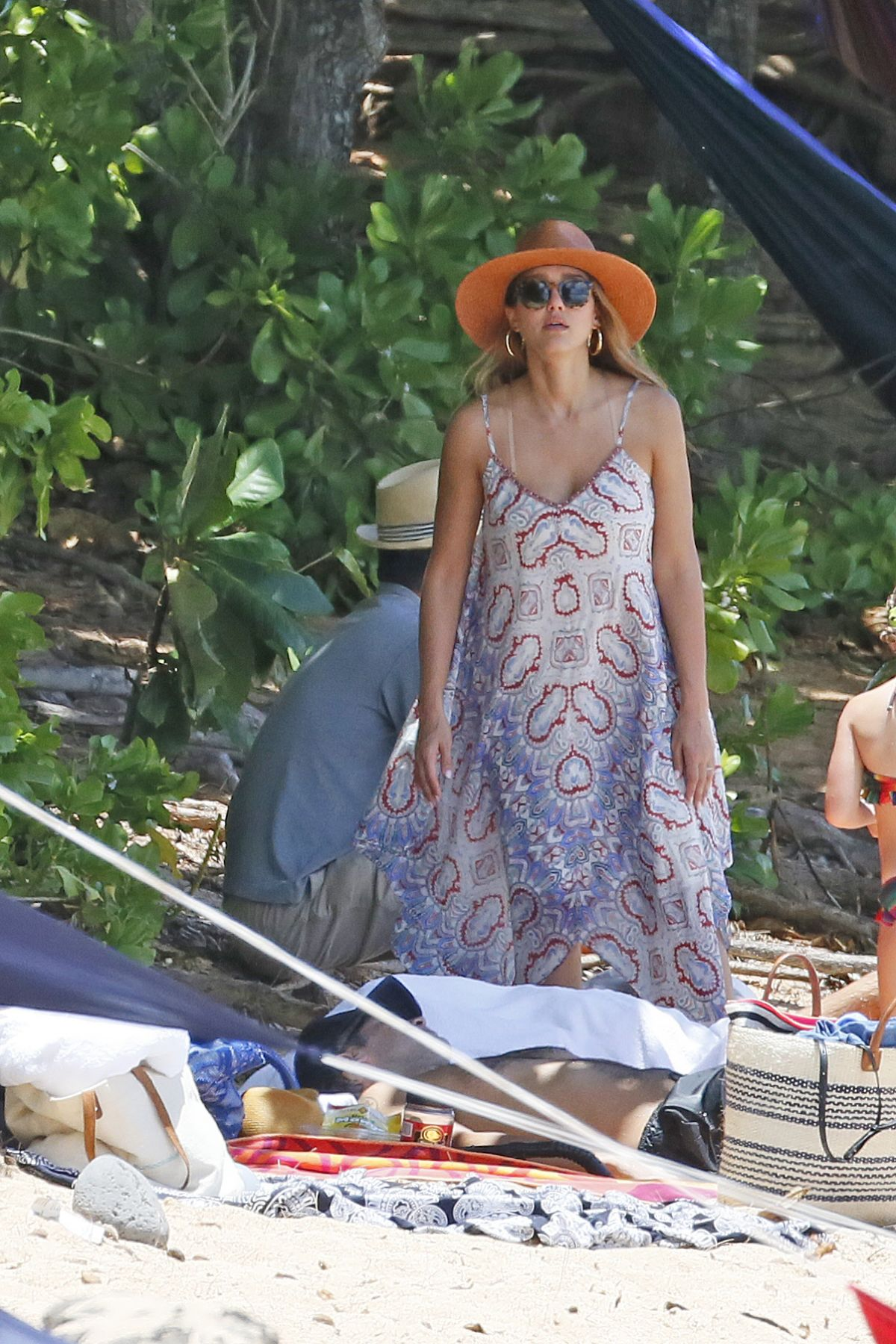 Jessica alba on the beach in hawaii 07 17 2017 hawtcelebs for Jessica alba beach pictures