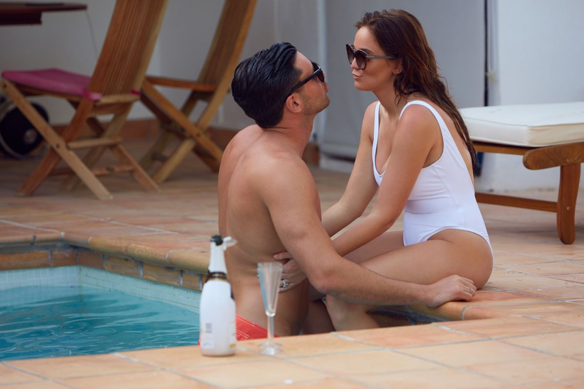 VICKY PATTISON wimin Ssuit at a Pool in Mallorca 06/25/2017   vicky-pattison-wimin-ssuit-at-a-pool-in-mallorca-06-25-2017_3