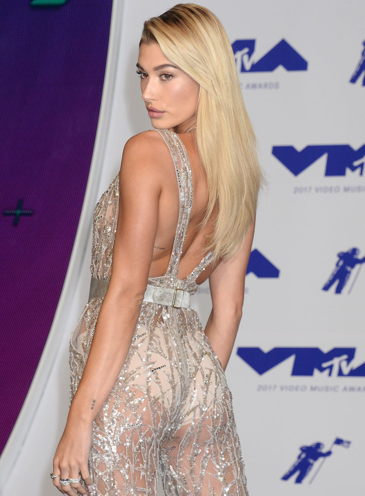 HAILEY BALDWIN at 2017 MTV Video Music Awards in Los Angeles 08/27/2017