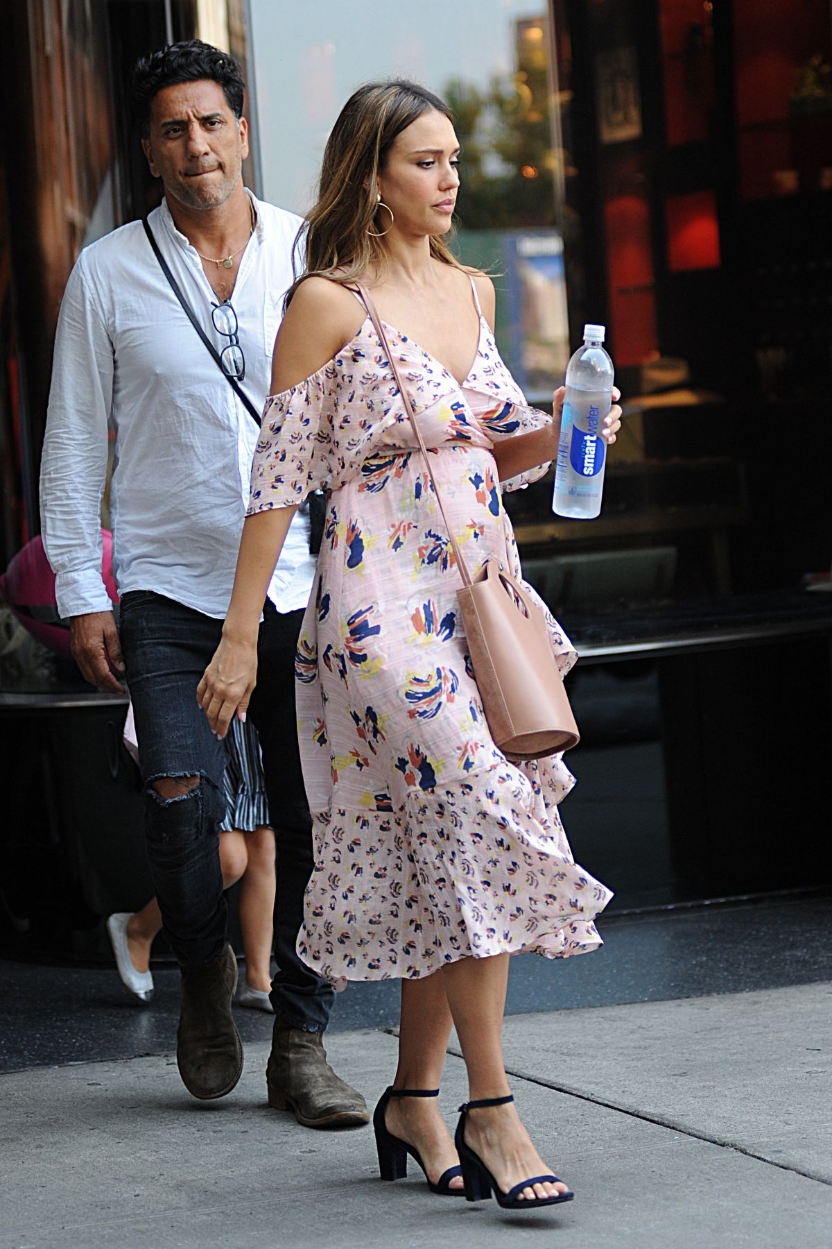http://www.hawtcelebs.com/wp-content/uploads/2017/08/jessica-alba-out-and-about-in-new-york-08-03-2017_8.jpg