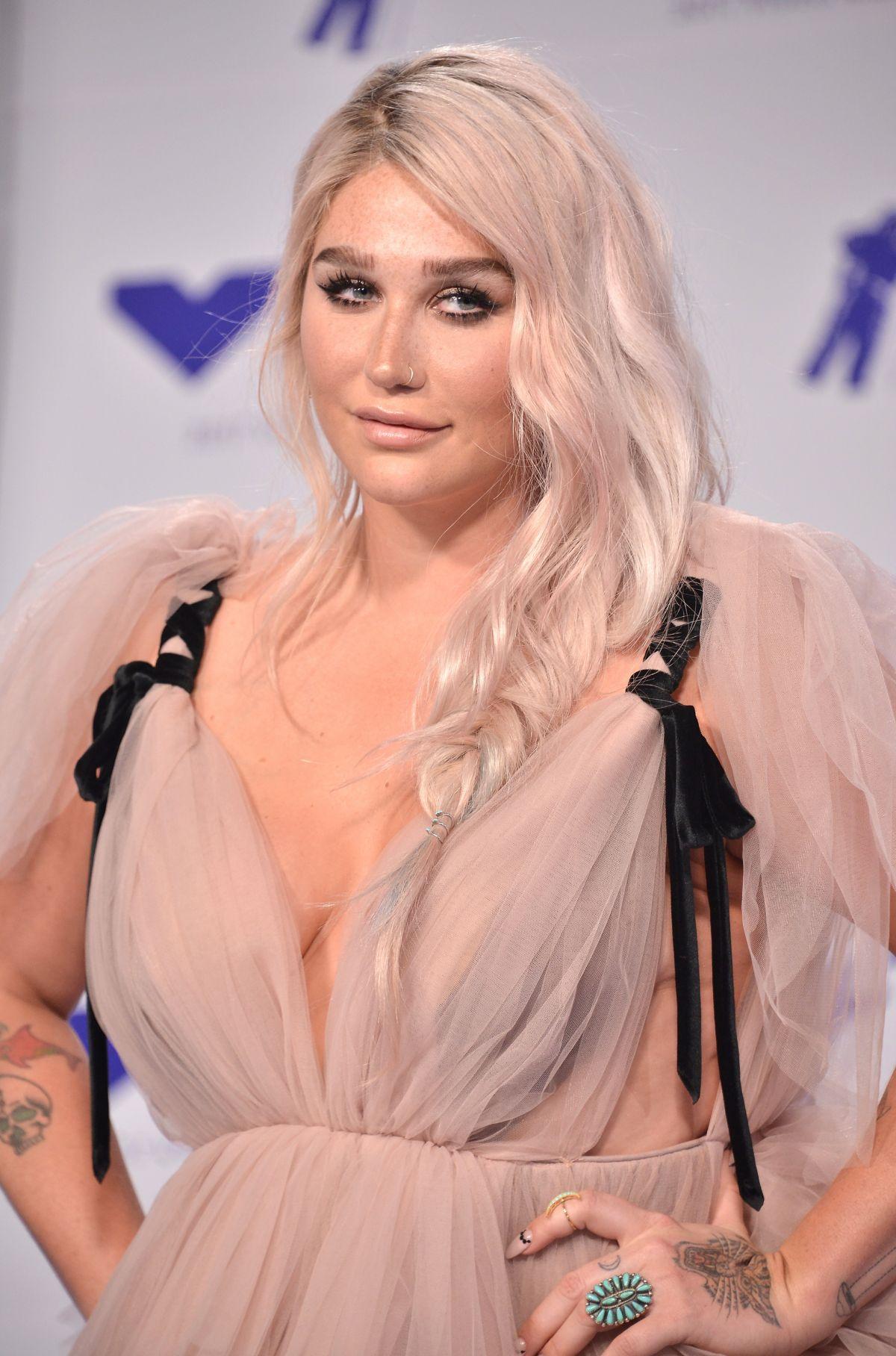 Kesha - Songs, Age & Praying - Biography