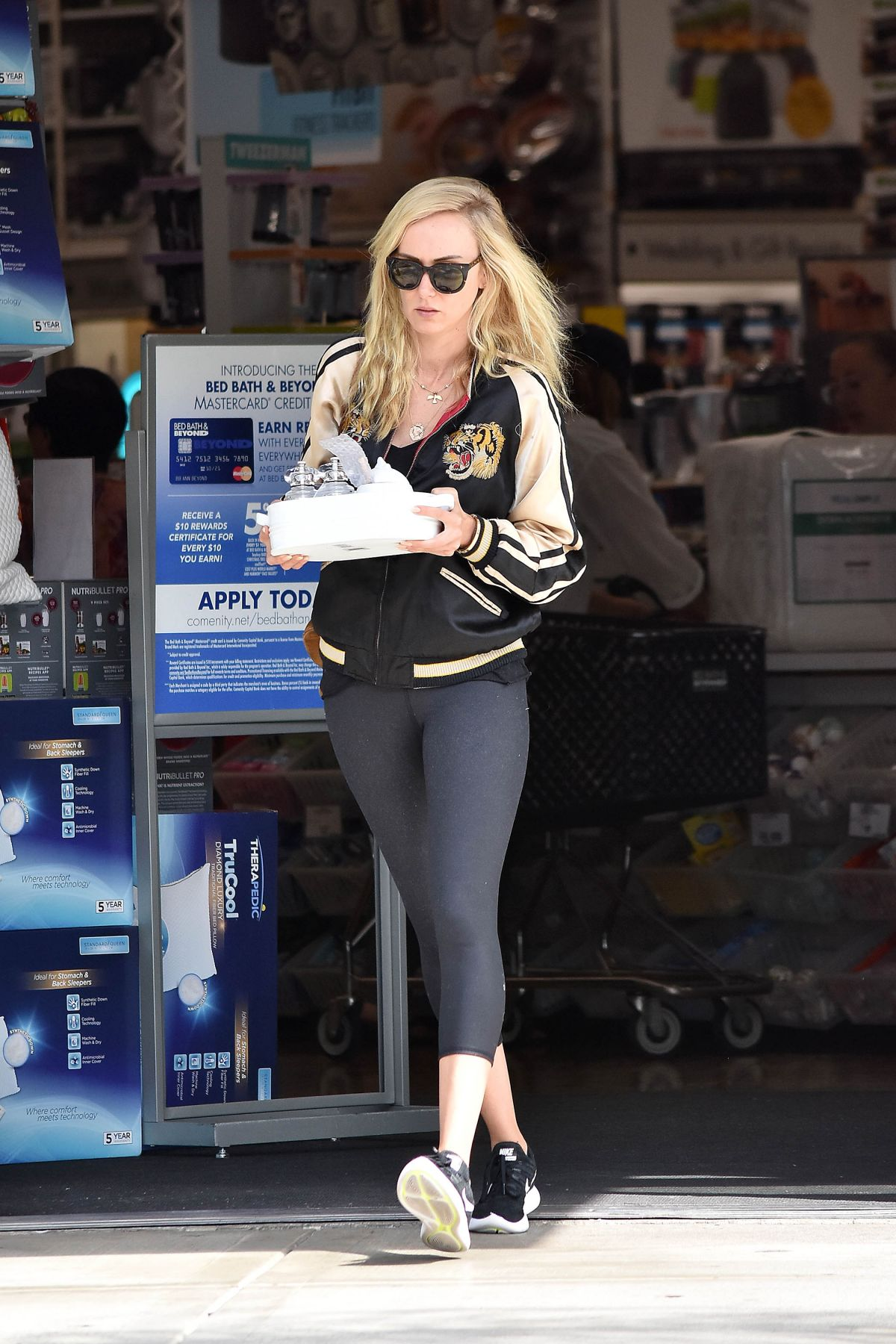 kimberly stewart shopping at bed bath and beyond in los angeles 08
