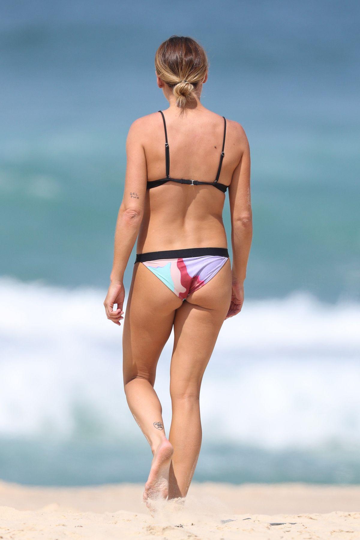 Lisa Clarke in Black Bikini at Tamarama Beach in Sydney Pic 20 of 35