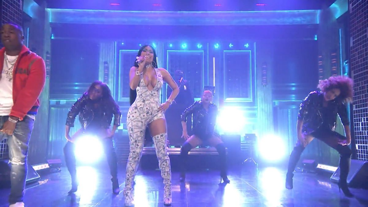 NICKI MINAJ Performs Rake It Up at Tonight Show Starring Jimmy Fallon 09/14/2017