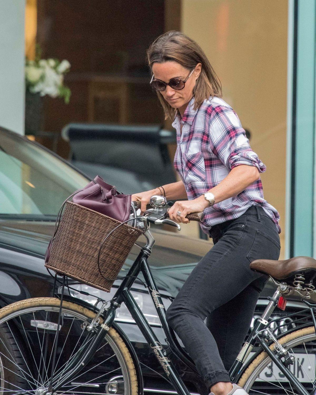 PIPPA MIDDLETON Riding a Bike Out in London 09/07/2017