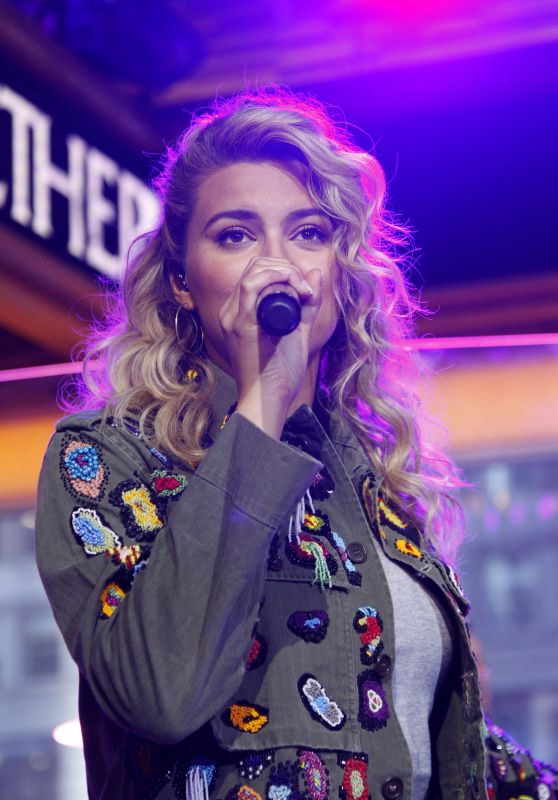 TORI KELLY Peforms at Good Morning America 09/22/2017