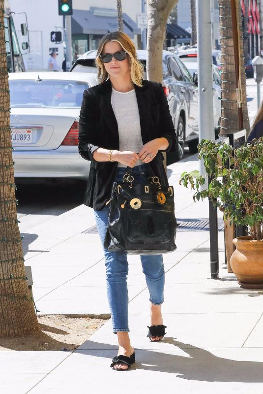 ALI LARTER at M Cafe in Beverly Hills 10/07/2017