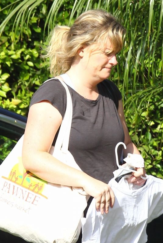AMY POEHLER Arrives at a Friend