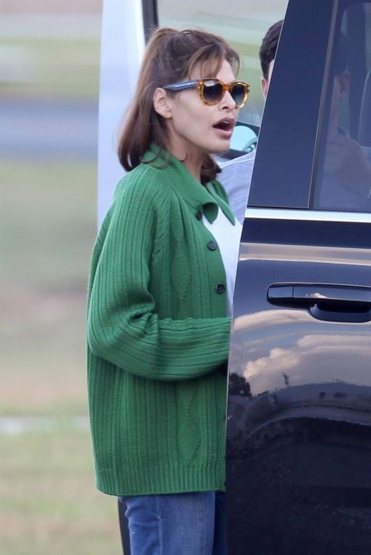 EVA MENDES Flying into Atlanta 10/15/201