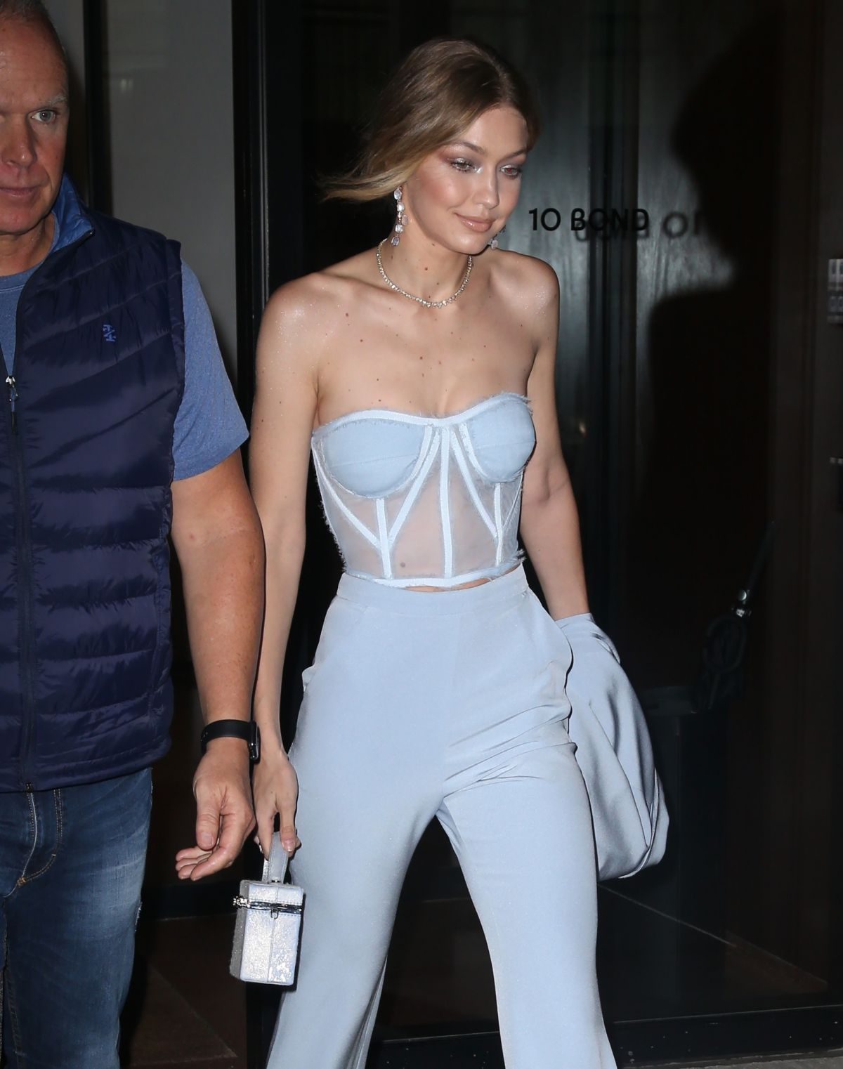 gigi-hadid-leaves-her-apartment-in-new-york-10-09-2017-11.jpg