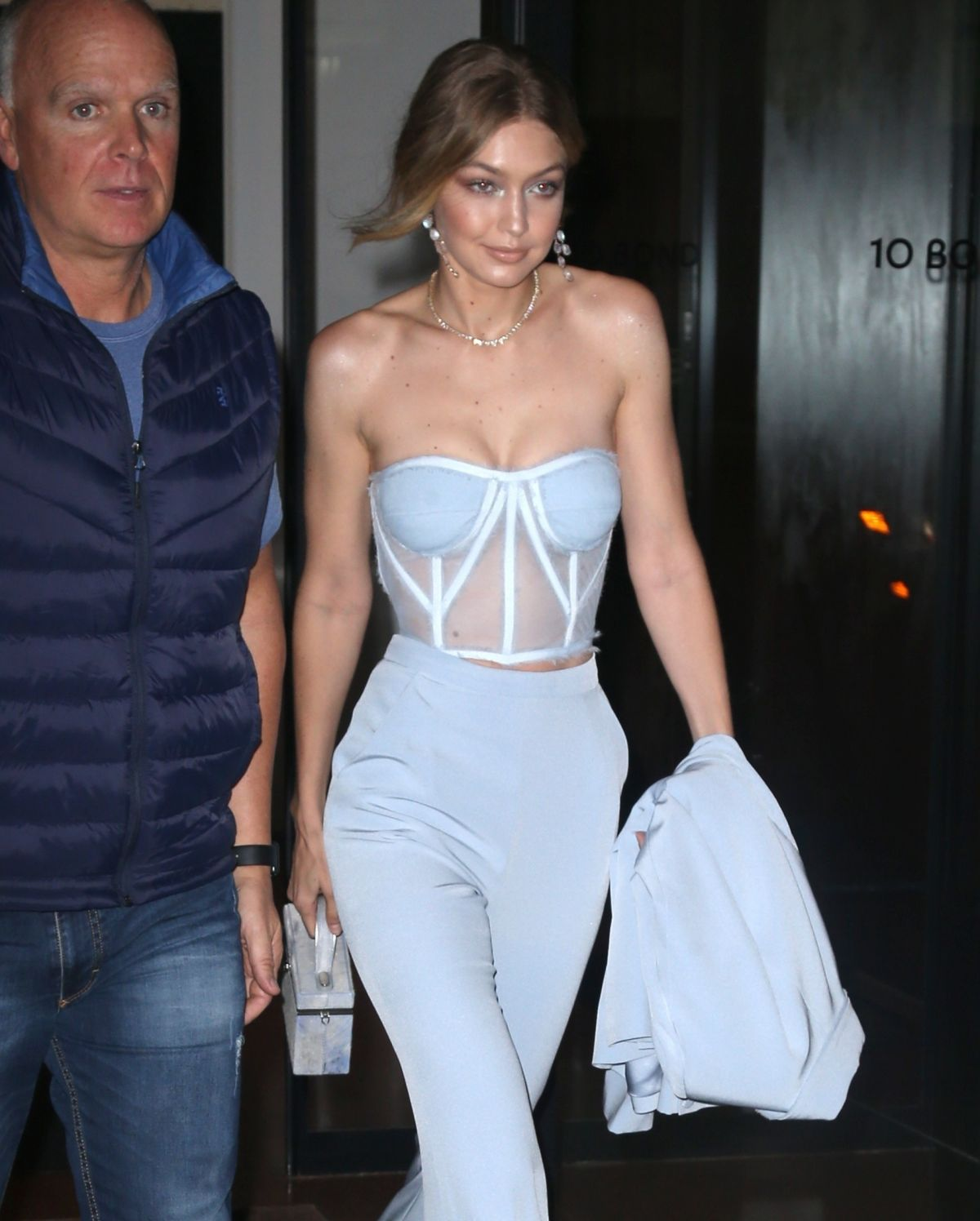 gigi-hadid-leaves-her-apartment-in-new-york-10-09-2017-9.jpg