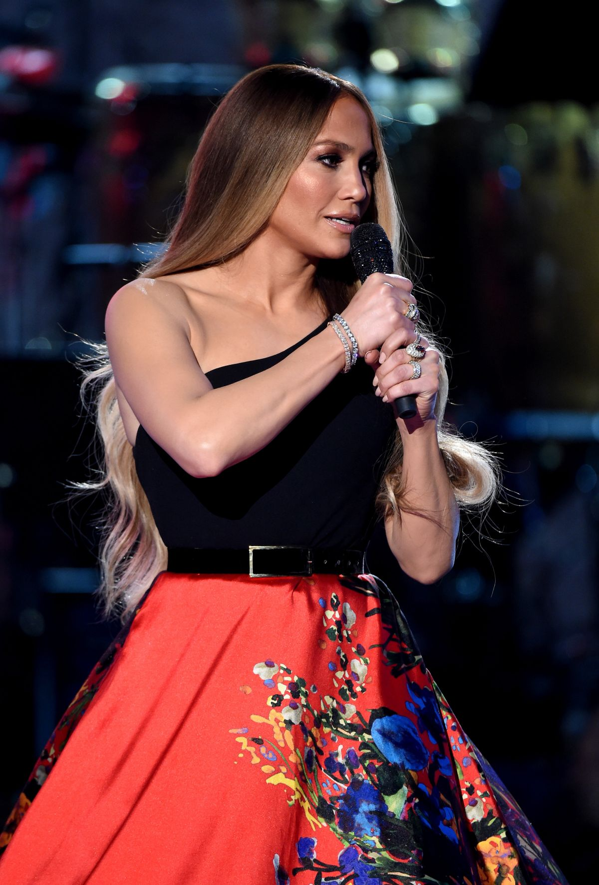 Jennifer lopez performs at one coice somos live a Where does jennifer lopez live