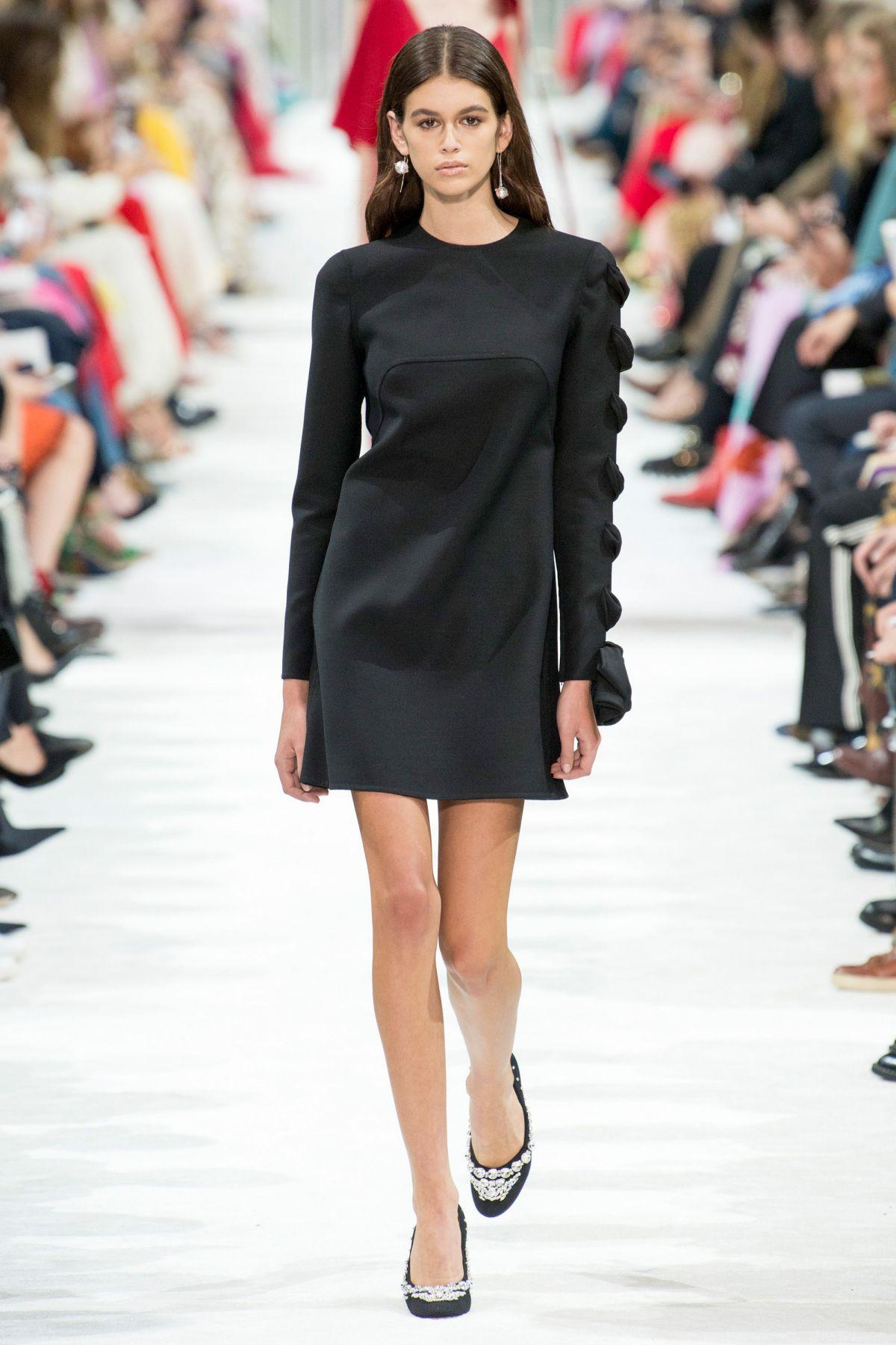 Kaia gerber at valentino runway show at paris fashion week for Runway fashion show video