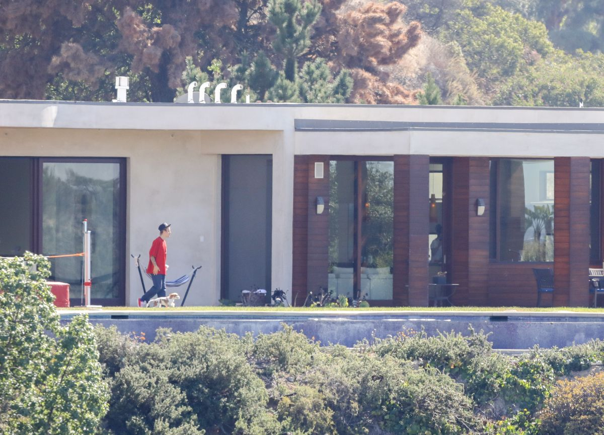 Selena gomez and justin bieber at a rental house in los for Rent a home in los angeles