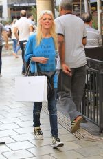 TARA REID Shopping at Apple Store at The Grove in Hollywood 10/13/2017