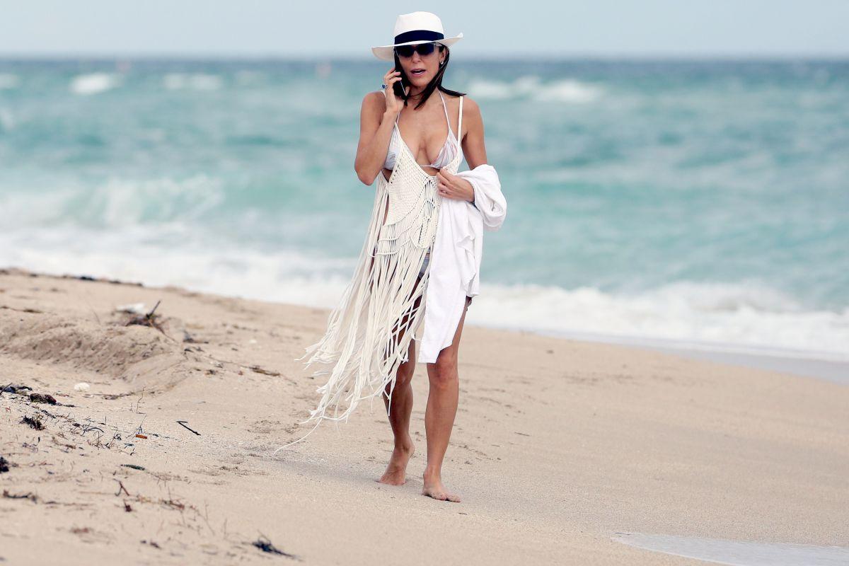 Bethenny Frankel in Bikini on the beach in Miami 2 Pic 5 of 35