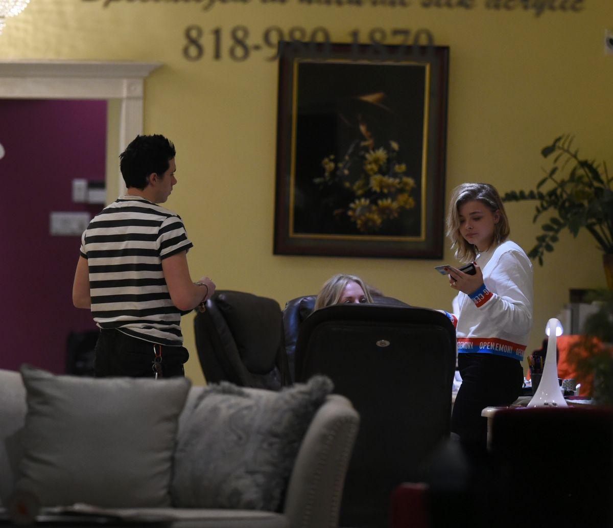 Es Nail Salon Los Angeles: CHLOE MORETZ And Brooklyn Beckham At A Nail Salon In Los