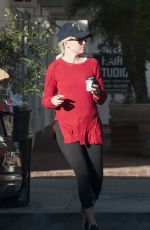 ELIZABETH BANKS Leaves Alfred Coffee in Studio City 11/14/2017