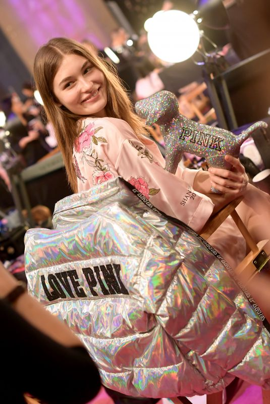 GRACE ELIZABETH on the Backstage at 2017 VS Fashion Show in Shanghai 11/20/2017