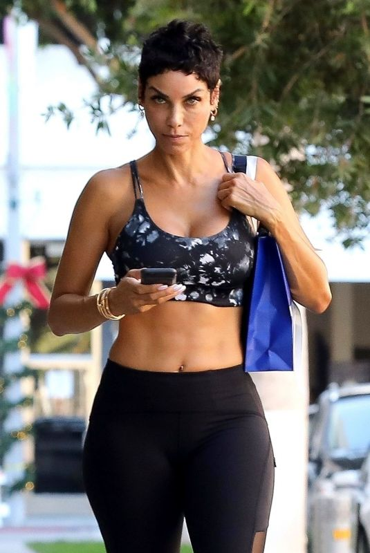 NICOLE MURPHY in Tights Leaves Pilates Class 11/22/2017