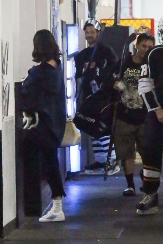 SELENA GOMEZ Watch Justin Bieber Play Ice Hockey at Rink in Los Angeles 11/15/2017
