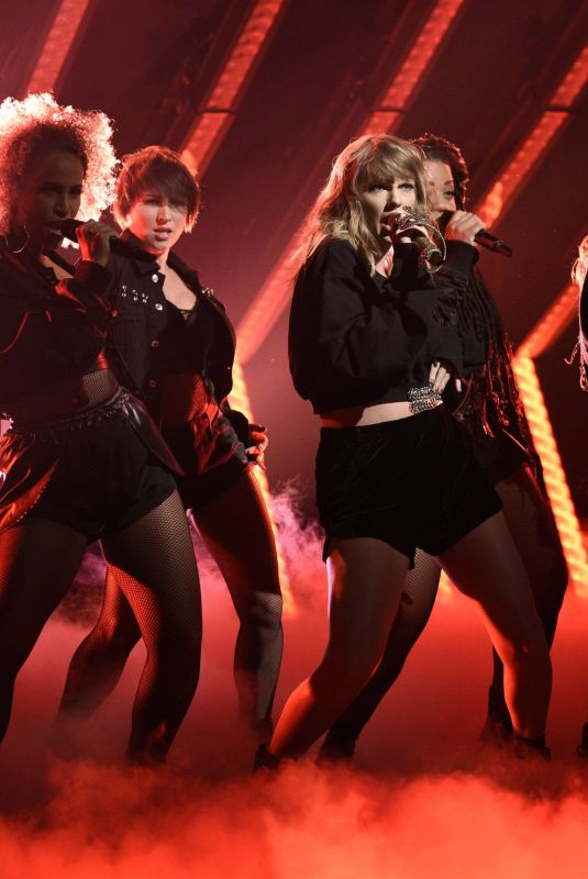 TAYLOR SWIFT Performs at Saturday Night Live in New York 11/11/2017