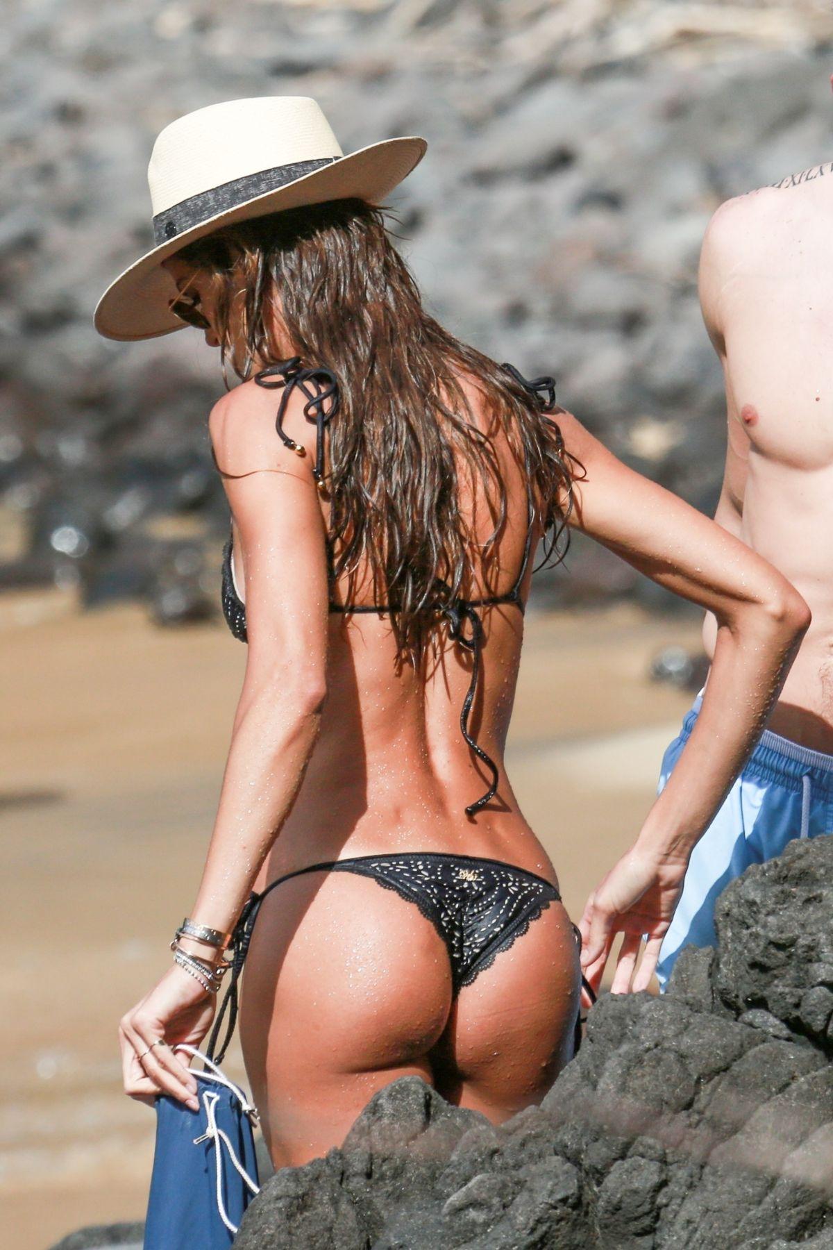 Izabel Goulart in Bikini and Kevin Trapp on the beach in Fernando de Noronha Pic 12 of 35