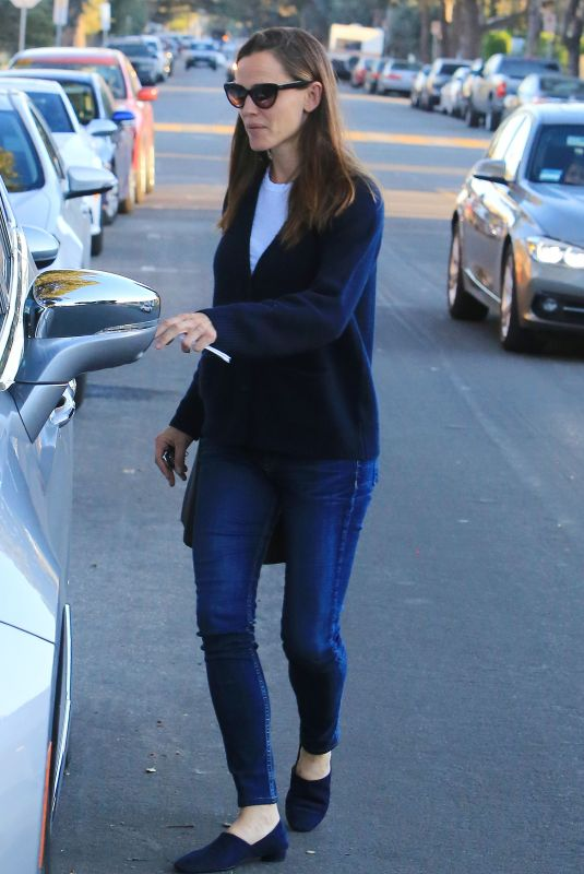 JENNIFER GARNER Out and About in Los Angeles 12/12/2017