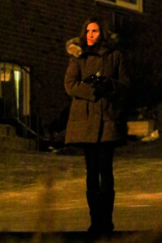JULIA ROBERTS on the Set of Ben is Back at Cemetery in New York 12/22/2017