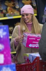 MICHELLE HUNZIKER Shopping for Christmas Toys in Milan 12/20/2017