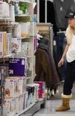 TORI SPELLING Shopping at Target in Woodland Hills 12/04/2017
