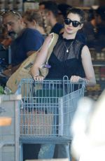 ANNE HATHAWAY Shopping for Grocery in Los Angeles 01/14/2018