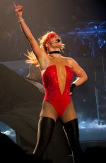 BRITNEY SPEARS Performs on New Tear