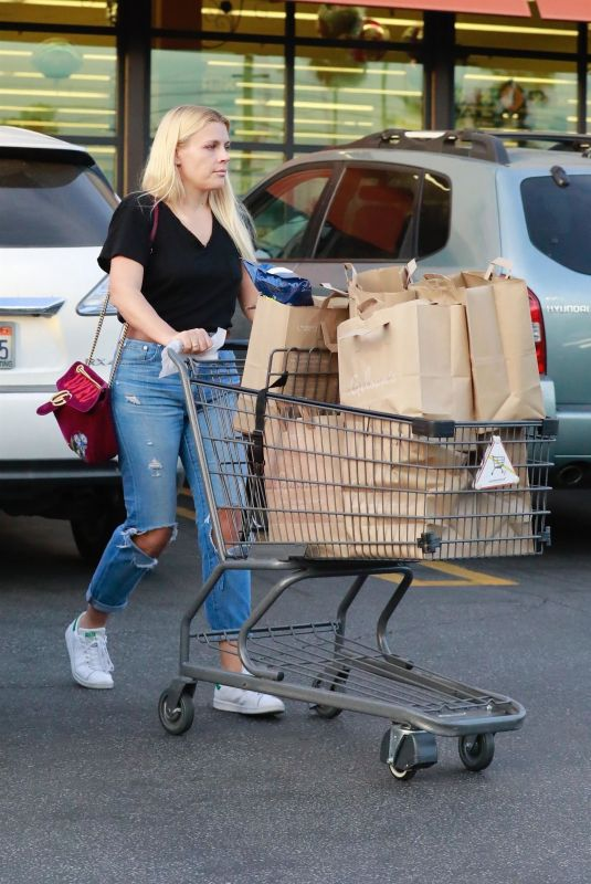 BUSY PHILIPPS Shopping at Gelson