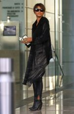 HALLE BERRY Paying for Valet Parking in Beverly Hills 01/10/2018