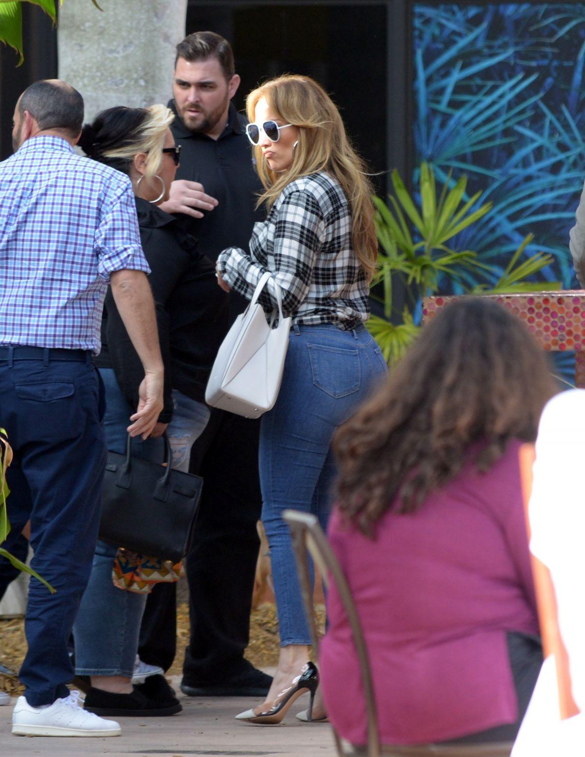 Atemberaubend JENNIFER LOPEZ in Tight Jeans Out for Lunch in Miami 01/15/2018 &XJ_61