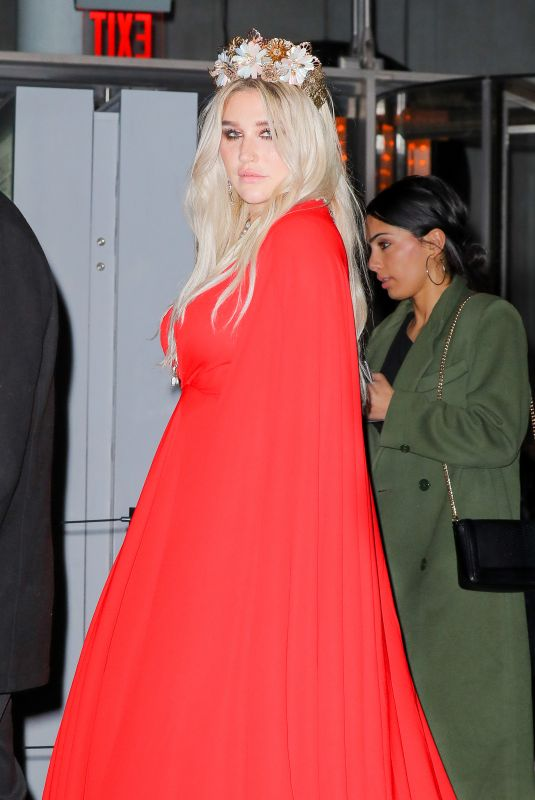 KESHA Arrives at a Grammy