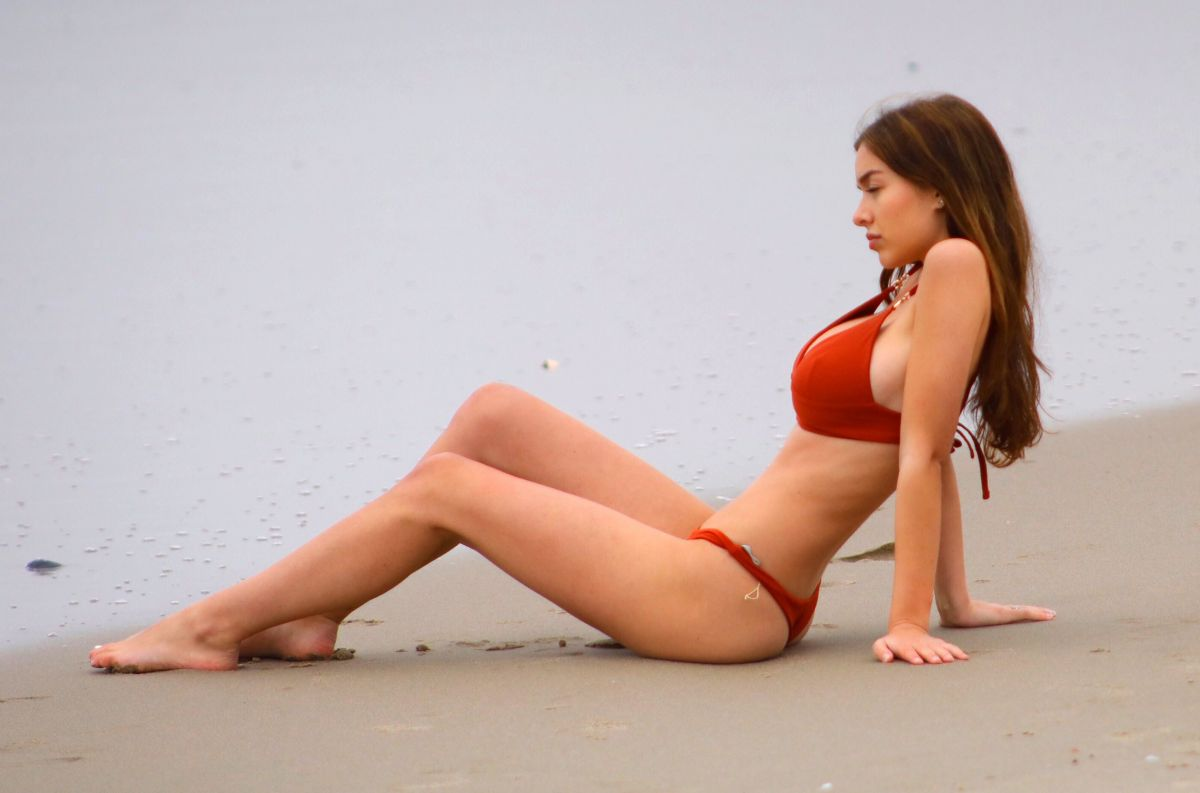 Sophie Mudd in Red Bikini on the beach in Malibu Pic 3 of 35