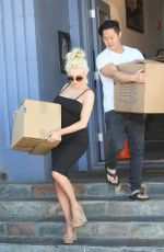 COURTNEY STODDEN Moves Out of Her Apartment into a $3 Million Home in Beverly Hills 02/01/2018