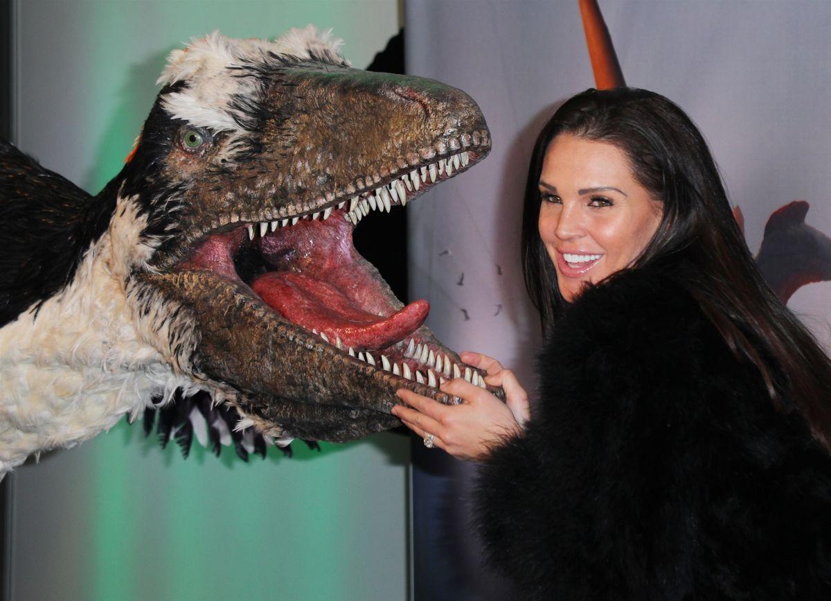 Danielle lloyd dinosaurs in the wild opening in birmingham uk new foto