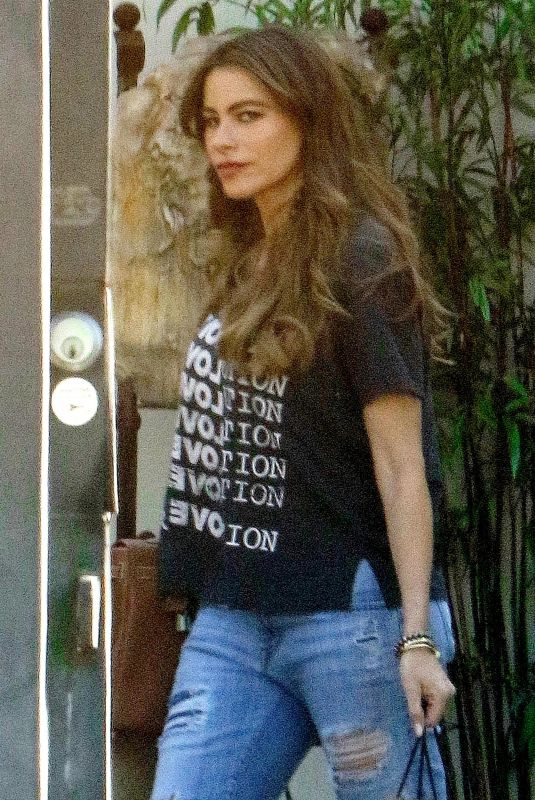 SOFIA VERGARA Out and About in Beverly Hills 01/31/2018