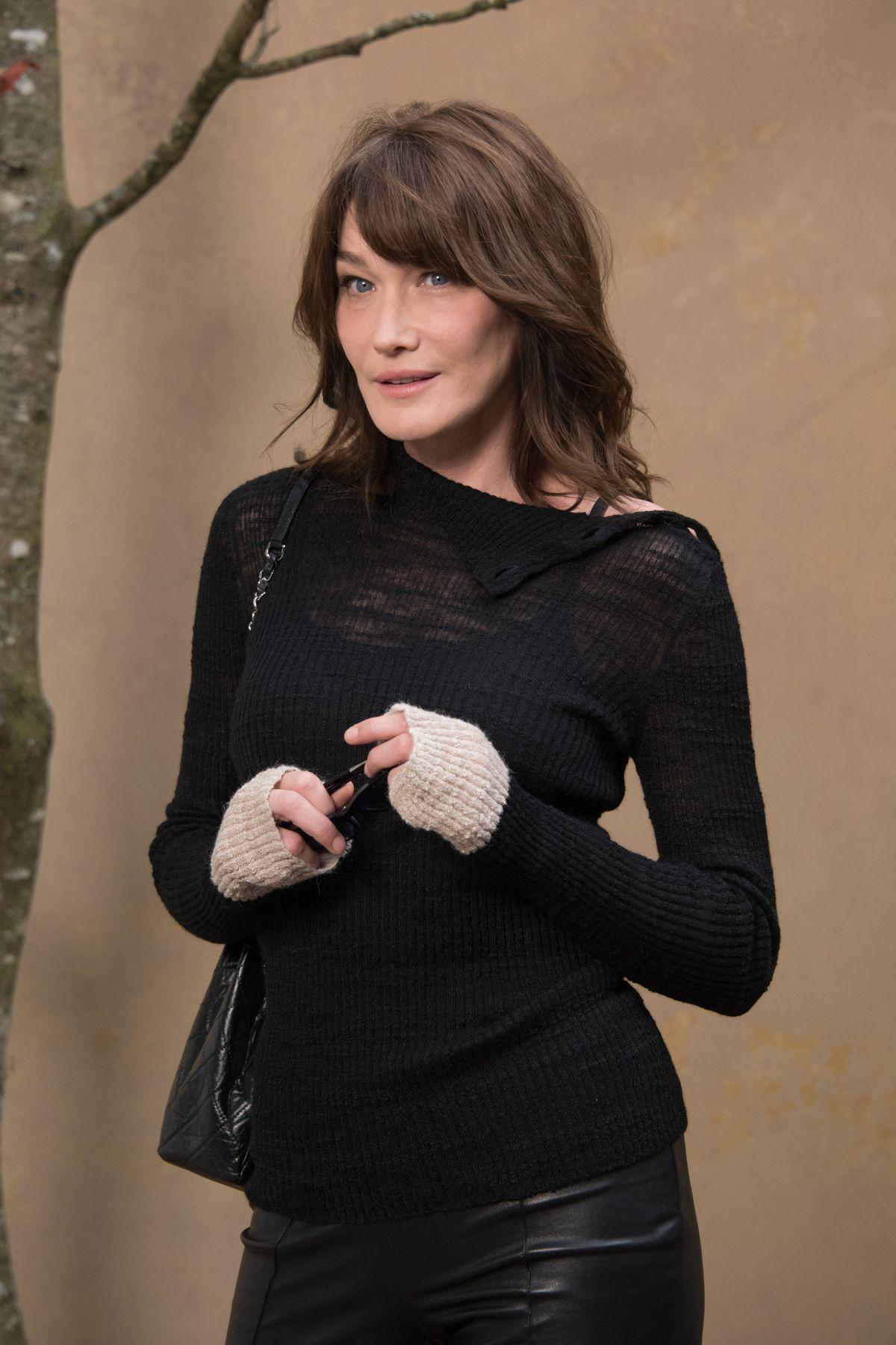 Carla bruni at chanel show at paris fashion week 03 06 for Bruni arredamento