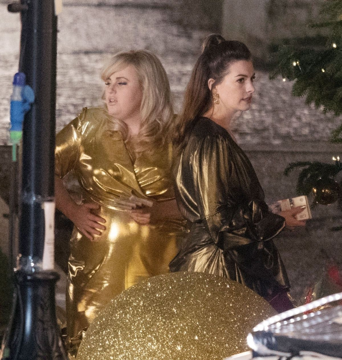 ANNE HATHAWAY And REBEL WILSON On The Set Of THe Hustle In