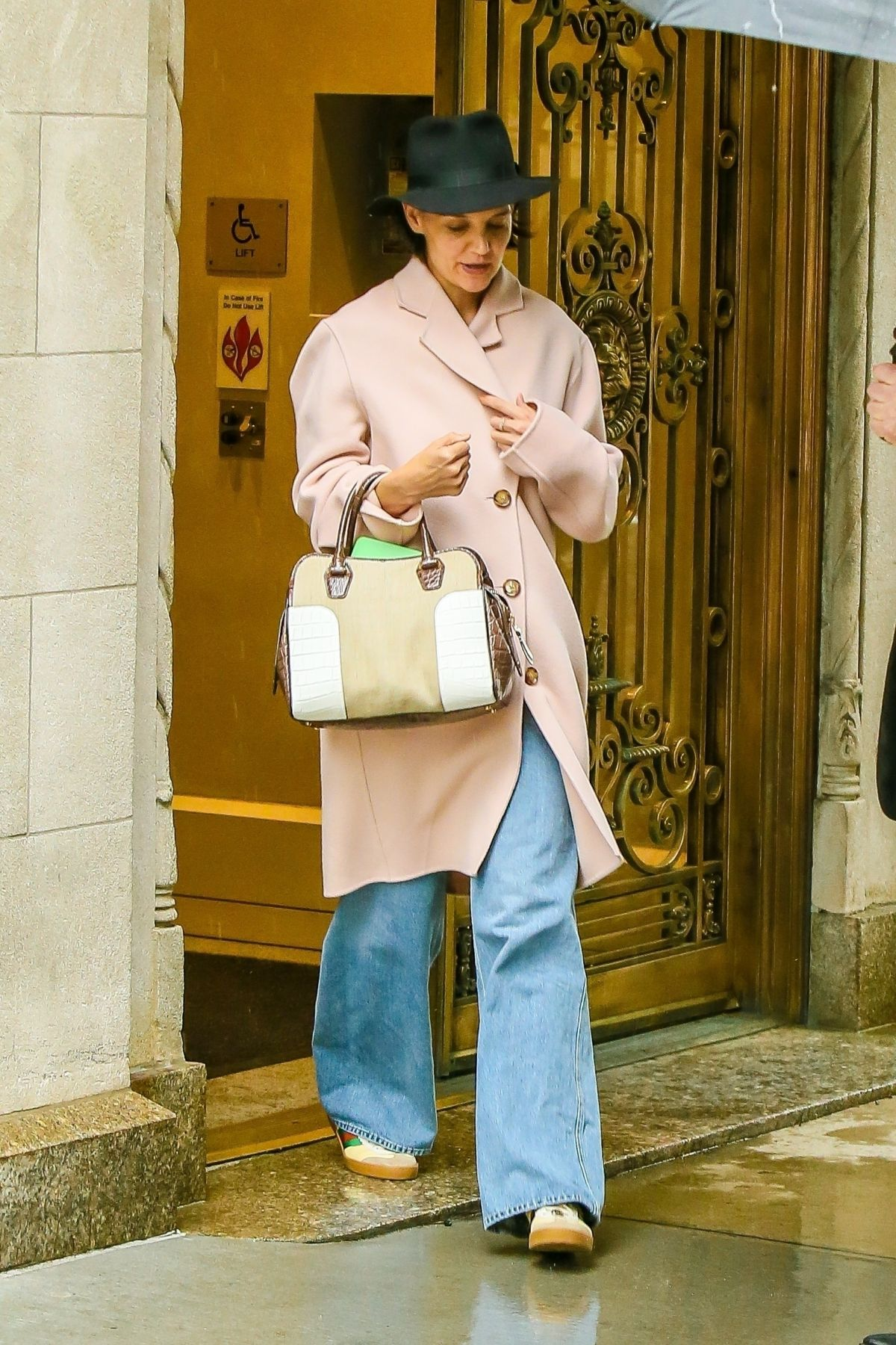 Katie Holmes Leaves Her Apartment In New York 05 22 2018
