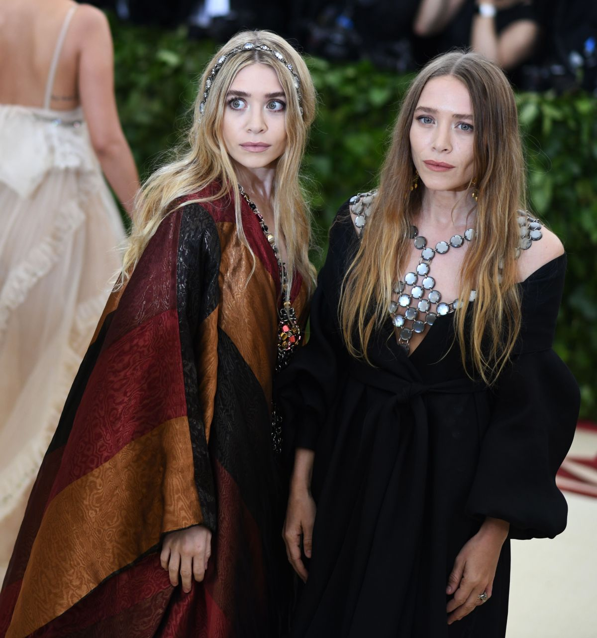 mary kate and ashley olsen at met gala 2018 in new york 05