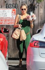 Pregnant KATE HUDSON Grabbing Some Smoothies in Brentwood 05/04/2018