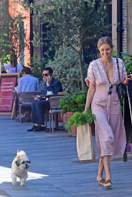 DONNA AIR Out Shopping for Grocery in London 06/26/2018
